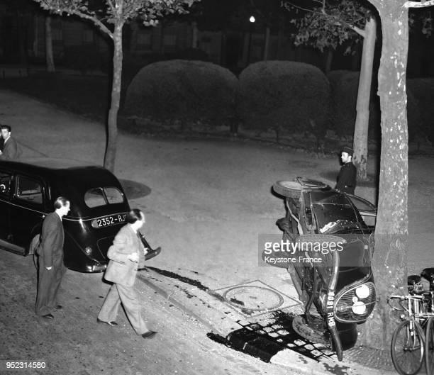 Vue de la voiture écrasée contre un arbre à Paris France en 1946