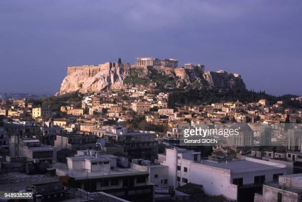 Vue de l'Acropole d'Athènes et du quartier de la Plaka en Grèce en mai 1989