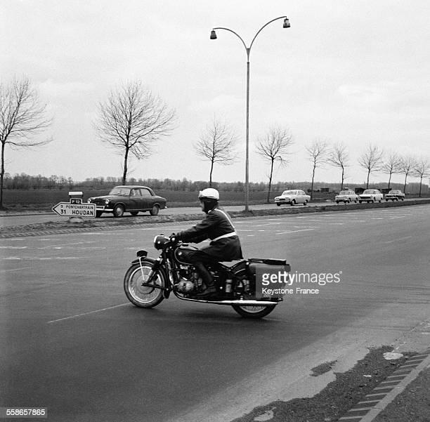 Vue de l'autoroute du sud à la sortie de Paris France le 9 avril 1966