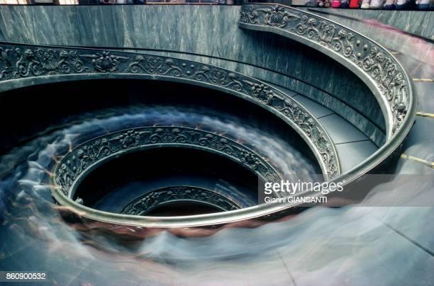 Vue de l'escalier de Bramante au Vatican décoré par Maraini à Rome en janvier 1986 en Italie