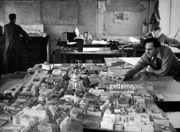 Vue de l'immense maquette de la ville dans les bureaux de l'urbanisme de Londres, Royaume-Uni, en 1960.