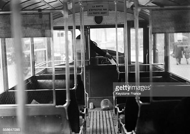 Vue de l'intérieur du nouvel autobus dans les rues de Paris France le 18 avril 1930