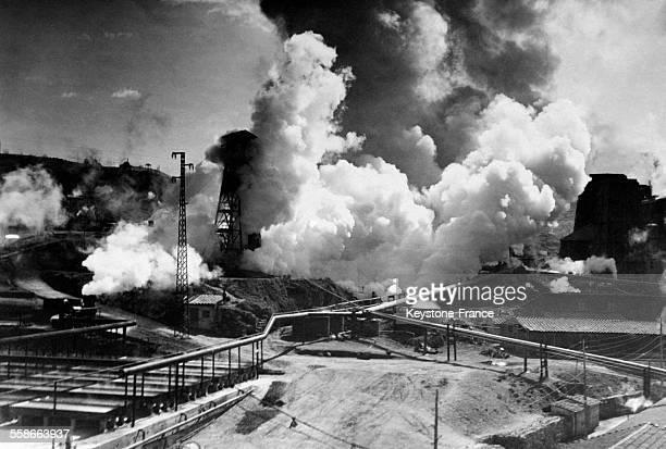 Vue de l'usine et les nuages de vapeur produits par l'échappement de gaz, à Larderello Toscane, Italie le 8 avril 1931.