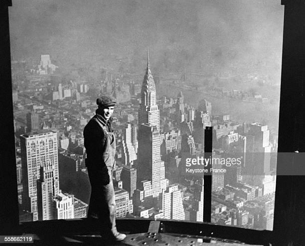Vue de New Yok prise de l'Empire State Building avec un homme au premier plan à New York City