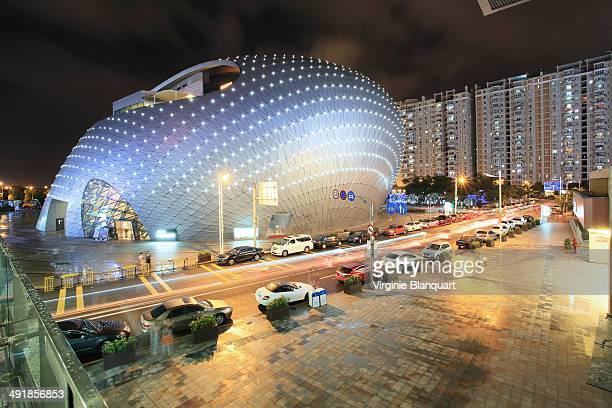 CONTENT] Vue de nuit du quartier de Houhai Nanshan district Le Polytheatre est illumine l'architecture de ce batiment ressemble a un cocon