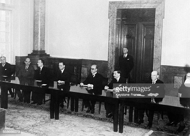 Vue des juges du tribunal avec de gauche à droite Francis Biddle et John Parker lieutenantcolonel Volchov et le général Nikitchenko Henri Donnedieu...