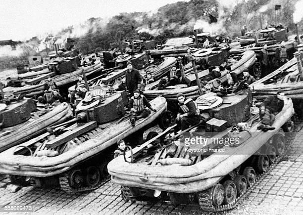 Vue des tanks amphibiens munis d'une enveloppe gonflable de l'armée britannique et utilisés pour le débarquement en Europe le 29 septembre 1945
