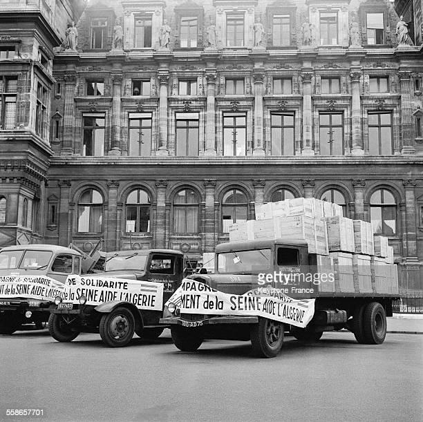 Vue du départ de la collecte organisée en faveur des arrondissements algériens place de l'Hôtel de Ville à Paris France le 8 juin 1960