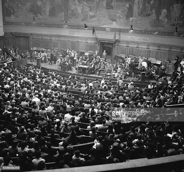 Vue du grand amphithéâtre occupé par les étudiants écoutant leurs leaders à la Sorbonne Paris France le 14 mai 1968