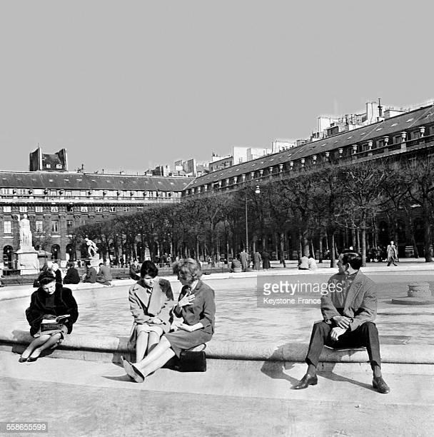 Vue du jardin du Palais Royal à Paris France en 1961