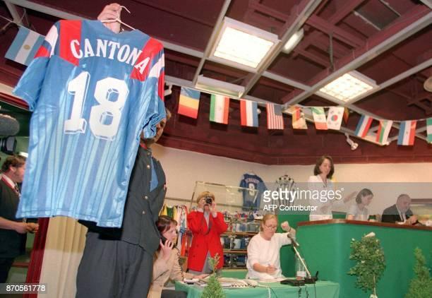vue du maillot n·18 du match Euro 92 SuèdeFrance d'Eric Cantona le 14 juin salle Drouot à Paris lors d'une vente aux enchères de quelque 300 lots...
