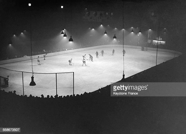 Vue du match de hockey sur glace opposant une équipe européenne sélectionnée parmi les meilleures et l'équipe canadienne d'Ottawa au Palais des...