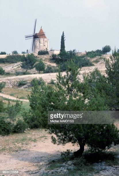 Vue du moulin de Alphonse Daudet à Fontvieille en juin 1979 en Provence France