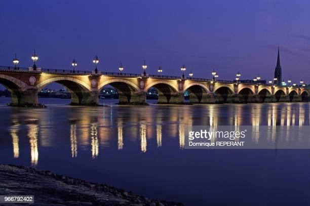 Vue du pont de pierre de nuit audessus de la Garonne à Bordeaux le 24 août 1989 en Gironde France