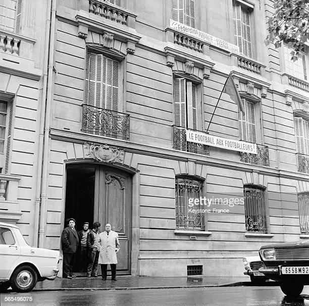 Vue du siège de la Fédération Française de Football occupée par des joueurs avec accrochée au balcon des banderoles à Paris France le 28 mai 1968