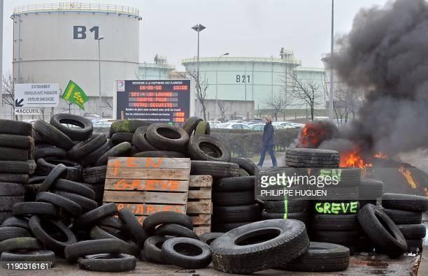 Vue d'un barrage érigé par des employés de la raffinerie Total des Flandres bloquant les accés aux camions citernes, le 14 janvier 2010 à Fort...