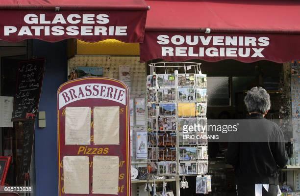 Vue d'une boutique de souvenirs le 06 février 2008 dans les rues de Lourdes à l'occasion du début des célébrations marquant le 150ème anniversaire...