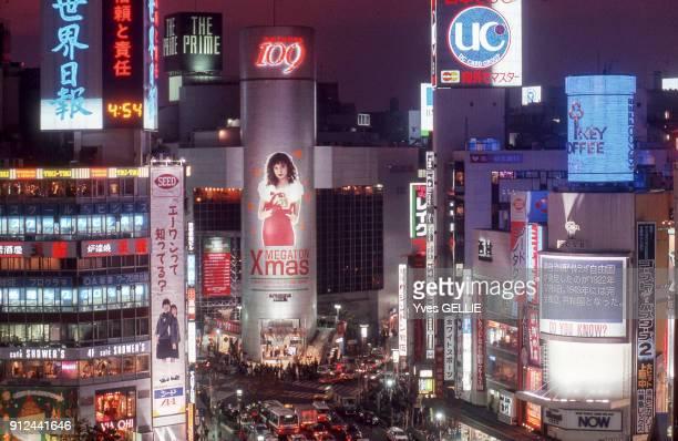 Vue d'une rue du quartier de Shibuya de nuit a Tokyo Japon