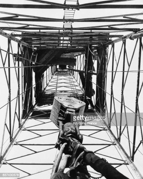 Vue en contreplongée d'un puits de pétrole au Canada