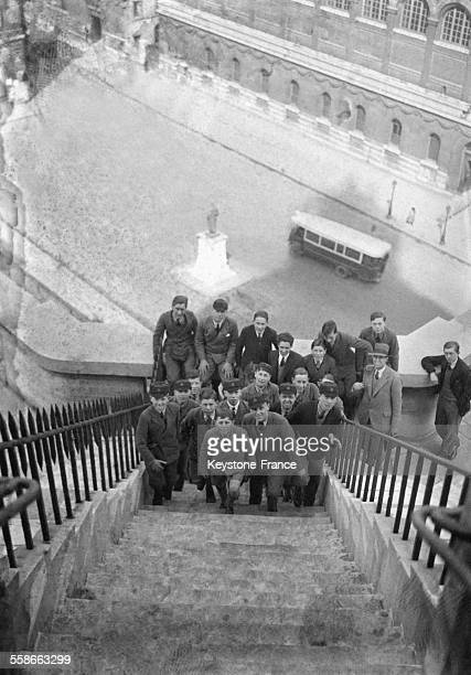 Vue en plongée d'écoliers anglais en bas d'un escalier en vacances de Pâques à Paris France
