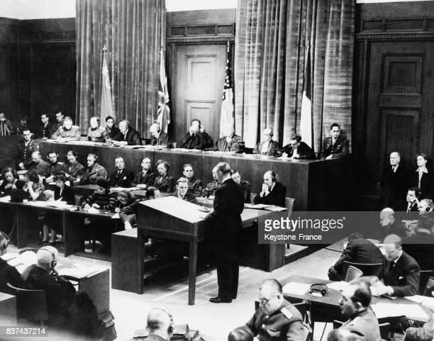 Vue générale de la salle du procès au fond les juges devant les drapeaux de leur nation à Nuremberg Allemagne en 1945