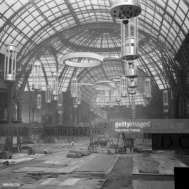 Vue générale de l'état actuel des travaux d'installation au Grand Palais les panneaux des marques sont mis en place ainsi que les lustres sous la...