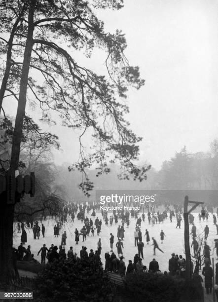 Vue générale des patineurs sur le lace gelé du Bois de Boulogne à Paris France le 28 janvier 1933