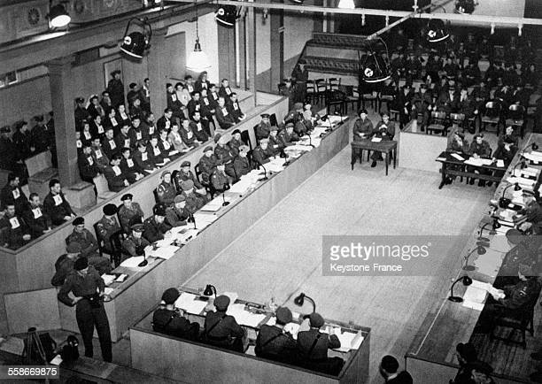 Vue générale du procès de Belsen à Lunebourg, Allemagne en 1945.