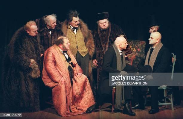 Vue générale lors de la répétition d'une scène de la comédie 'Le Révizor' du dramaturge russe Nicolaï Gogol mise en scène par JeanLouis Benoit avec...