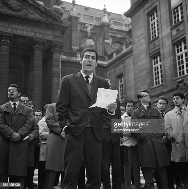 Vue générale partielle de la cour de la Sorbonne pendant la harangue de Monsieur Bouzid étudiant algérien à Paris France le 21 octobre 1961