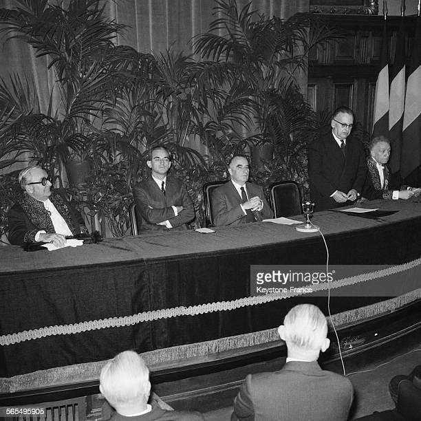 Vue générale partielle de la cérémonie du cinquantenaire de la création de la Fondation Guillaume Budé avec à la tribune de gauche à droite Marcel...