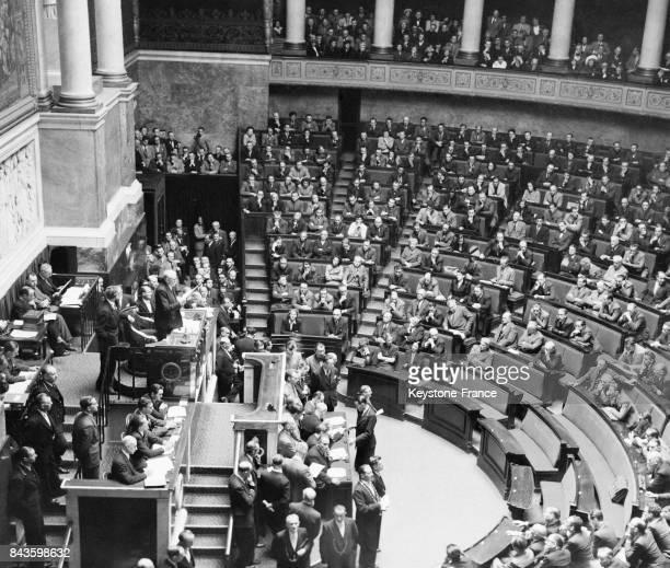 Vue générale partielle de l'hémicycle lors de la première séance de la Constituante le doyen de l'Assemblée Marcel Cachin prononce un discours à...
