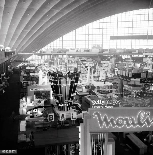 Vue générale partielle des stands en cours d'aménagement au Palais du Cnit la Défense à Paris France le 24 février 1964