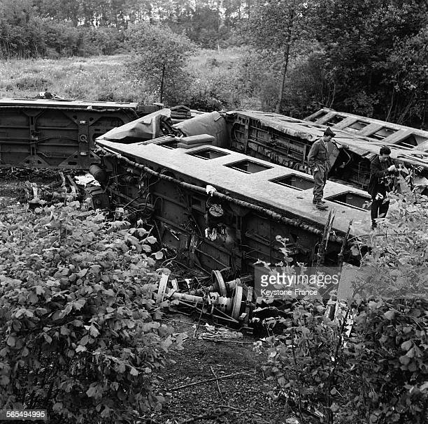 Vue générale partielle des wagons couchés dans le ravin et d'où 150 blessés et 23 morts furent retirés en France le 19 juin 1961