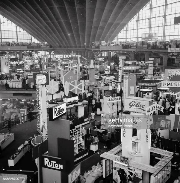 Vue générale partielle du salon qui se tient au Palais du Cnit la Défense à Paris France le 24 février 1964