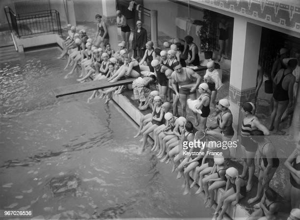 Vue générale pendant l'inauguration de la nouvelle piscine rue Edouard Pailleron avec les enfants prêts à plonger à Paris France le 19 avril 1934