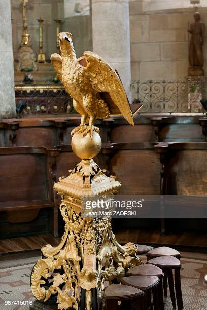 Vue interieure avec une statue d'aigle à l'arriere du choeur de la cathedrale SaintApollinaire a Valence en France le 19 fevrier 2014