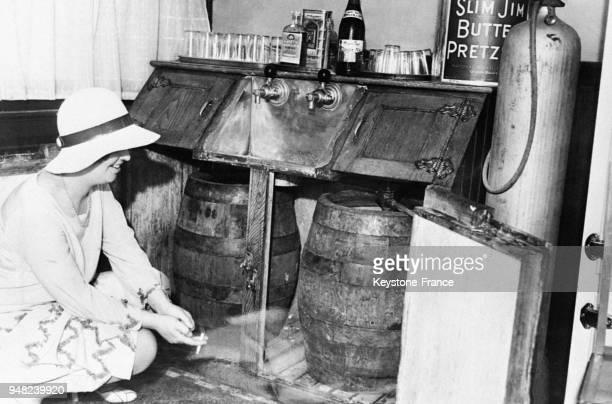 Vue intérieur d'un 'speakeasy' ou bar clandestin à New York City EtatsUnis en 1932