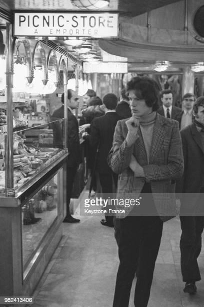 Vue intérieure du drugstore de Saint-Germain-des-Prés à Paris en France, le 12 mai 1969.