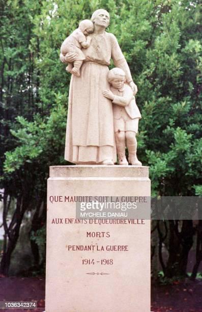 Vue le 27 octobre du monument aux morts d'Equeurdreville un des rares monuments aux morts en France à délivrer un message pacifiste Inaugurée le 18...