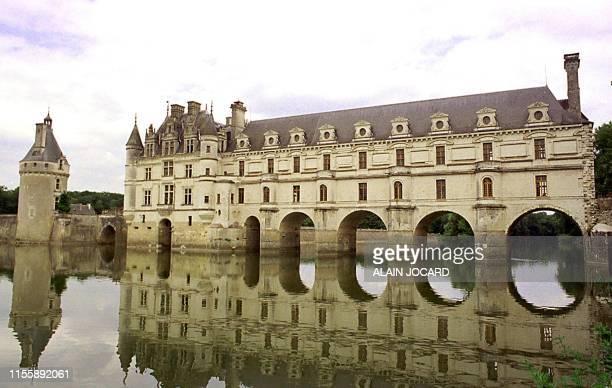 Vue le 30 juin 2000 se reflétant sur le Cher du château de Chenonceau en face duquel le musée de cire entièrement rénové vient de rouvrir ses portes