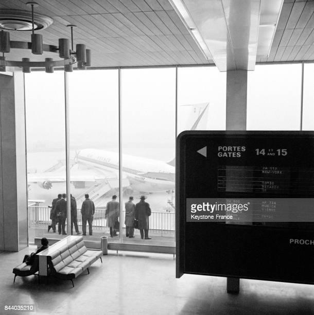 Vue partielle du hall et d'un panneau d'affichage de la nouvelle aérogare d'Orly France le 8 mars 1961