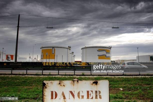 vue prise le 10 septembre 2005 des cuves de la raffinerie de Fézin près de Lyon le jour de la baisse des prix des carburants par les groupes...