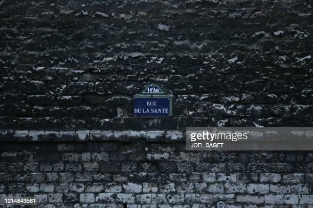 Vue prise le 11 février 2007 de la plaque de la rue de la Santé sur un mur de l'hopital Sainte-Anne à Paris. L'ancienne ferme de la reine Anne...
