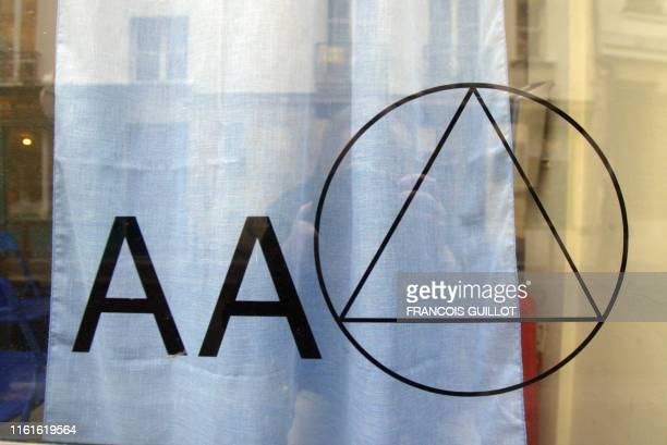 Vue prise le 23 janvier 2004 du logo de l'association Les Alcooliques anonymes sur la vitre de l'une des permanences de l'association à Paris AFP...