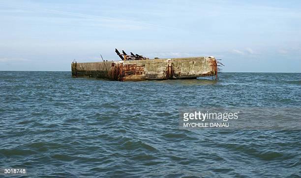 Vue prise le 24 fevrier 2004 au large d'Arromanches d'un ponton l'un des derniers vestiges du Mulberry le port artificiel que les allies avaient...