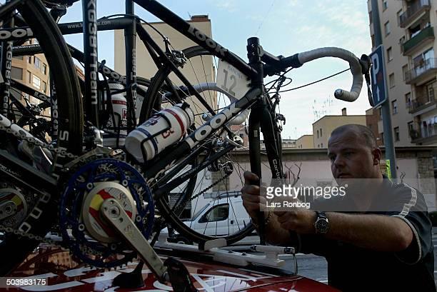 Vuelta Valenciana 2 etape Mekaniker Rene Boef Petersen laesser cyklerne paa taget efter etapen
