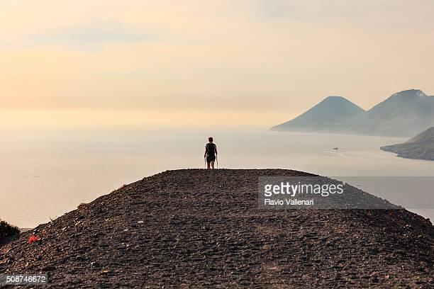 vulcano, sentiero-isole eolie, sicilia - isole eolie foto e immagini stock