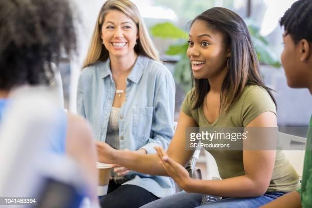 adolescente vulnerável fala durante a sessão de terapia de grupo - narração de histórias - fotografias e filmes do acervo