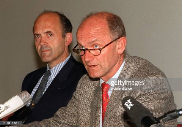 VWVorstandsvorsitzender Ferdinand Piech spricht Jose Ignazio Lopez bei einer Pressekonferenz in Braunschweig am 24 Mai 1993 sein Vertrauen aus...